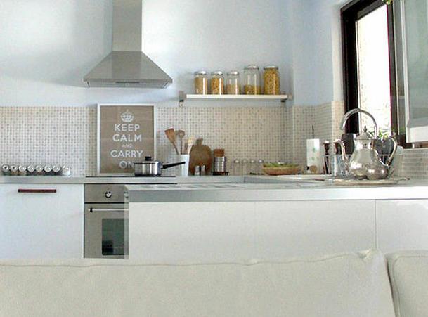 Cocinas peque as ideas gigantes lazareno estudio for Azulejos para cocina pequena
